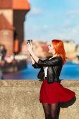 Modne turystycznych dziewczyna biorąc obraz z kamery stare miasto gdańsk — Zdjęcie stockowe