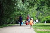男孩玩球在公园户外 — 图库照片