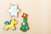 Gingerbread cake pony christmas tree star with icing decoration on brown — Stock Photo