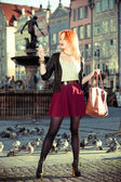 Modne turystycznych dziewczyna obraz siebie aparat starego miasta gdańska — Zdjęcie stockowe