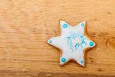 クリスマスのジンジャーブレッドのケーキのアイシングおよび木製のボード上の装飾と星 — ストック写真