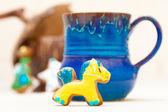 Buzlanma dekorasyon mavi kupa ve noel zencefilli kek midilli — Stok fotoğraf
