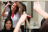 Hairstylist cutting hair woman client in hairdressing beauty salon — Stock fotografie