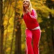 Healthy lifestyle. Fitness girl doing exercise outdoor — Stock Photo