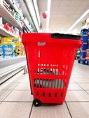 Empty shopping basket at supermarket — Stock Photo