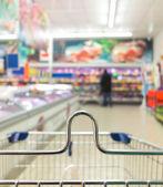 Widok z wózka wózek w sklepie z supermarketu. handel detaliczny. — Zdjęcie stockowe