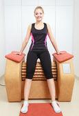 Chica en ropa deportiva con relax masaje equipamiento saludable spa salon — Foto de Stock
