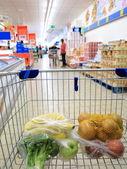 Carrello con la spesa al supermercato — Foto Stock