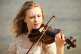 Portrait blonde girl with a violin outdoor — Stock Photo