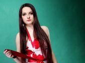 Jonge vrouw in zomer bloemrijke jurk op groen — Stockfoto