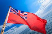 UK ensign british maritime flag of yacht sailboat blue sky sea. Sailing. — Stock Photo