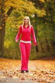 秋の森で走っている女性。女性ランナーのトレーニング. — ストック写真