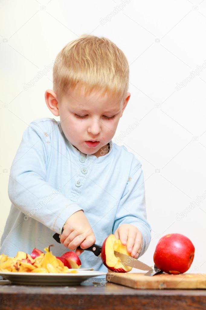Preescolar de ni o de ni o chico rubio con manzana cocina - Cuchillo para fruta ...