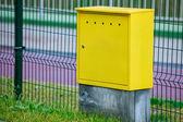 желтый электрический блок управления открытый. расход мощности и энергии. — Стоковое фото