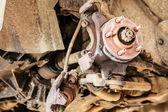 Auto in servizio. dettaglio del complessivo ruota su automobile — Foto Stock