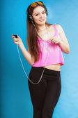 ファッション十代の少女 mp3 音楽を聴いてリラックス幸せとダンス — ストック写真