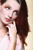 осенняя женщина стильной творческой составляют накладные ресницы — Стоковое фото