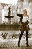 Modne turystycznych dziewczyna obraz siebie aparat starego miasta gdańska sepii — Zdjęcie stockowe