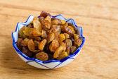 диета здорового питания. изюм в чашу на деревянных фоне — Стоковое фото