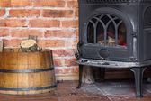 Camino con la fiamma di fuoco e legna da ardere all'interno della canna. riscaldamento. — Foto Stock