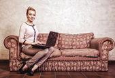 Zakenvrouw met behulp van computer. internettechnologie voor thuis. vintage foto. — Stockfoto