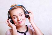 современная женщина с наушниками, слушать музыку — Стоковое фото