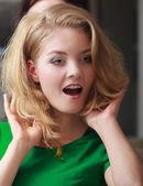 Überrascht blonde Mädchen Client von Friseur in Haar-Kosmetik-salon — Stockfoto