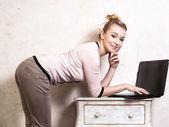 计算机笔记本电脑上工作的女商人 — 图库照片