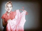 Pinup förvånad tjej köpa kläder klänning. — Stockfoto