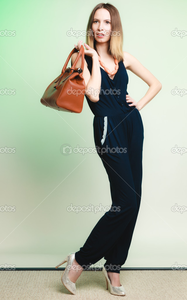 tenue l gante femme l gante avec sac brun photographie voyagerix 46369201. Black Bedroom Furniture Sets. Home Design Ideas