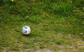Sport. alte schmutzige fußball auf gras. fußball. — Stockfoto