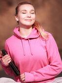 женщина девушка в розовом с таблеткой, получить некоторые солнце открытый — Стоковое фото