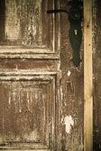 Zbliżenie stare drewniane drzwi z metalowa rączka — Zdjęcie stockowe