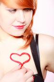 Redhair chica sosteniendo el amor corazón san valentín rojo. — Foto de Stock