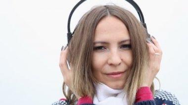 Woman in headphones listening to music — ストックビデオ