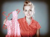 Pinup girl köpa rosa klänning — Stockfoto