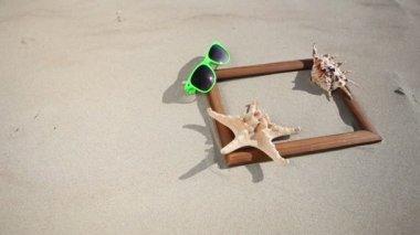 Деревянный каркас границы пустой копией пространства с раковины, морские звезды и солнцезащитные очки — Стоковое видео