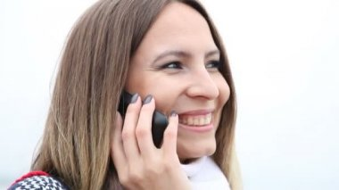 Happy smiling woman talking on cell phone — Vídeo de stock