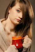 Chica sosteniendo la taza de café o té caliente de la bebida — Foto de Stock
