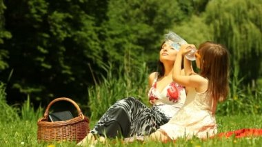 Mother  with daughter relaxing on the meadow or in the park — Vídeo Stock