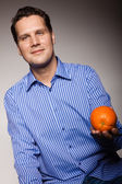 Man recommending orange — Stock Photo
