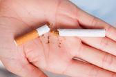 Roto el cigarrillo en mano — Foto de Stock