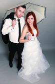 счастливой супружеской пары невеста жениха на сером фоне — Стоковое фото