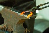 锤击发光钢-要打铁趁热. — 图库照片