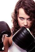 Boxer sport femme en gants noirs. fille fitness formation kick boxing. — Photo