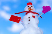 Little happy valentine snowman red paper card outdoor. Winter. — Zdjęcie stockowe