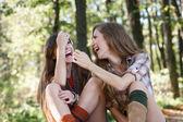 Två flickvänner utomhus skrattar — Stockfoto