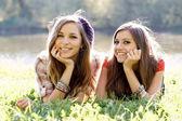Två flickvänner utomhus — Stockfoto