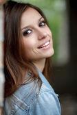 Jonge vrouwelijke buitenshuis — Stockfoto