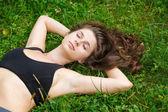 草の上の女性 — ストック写真